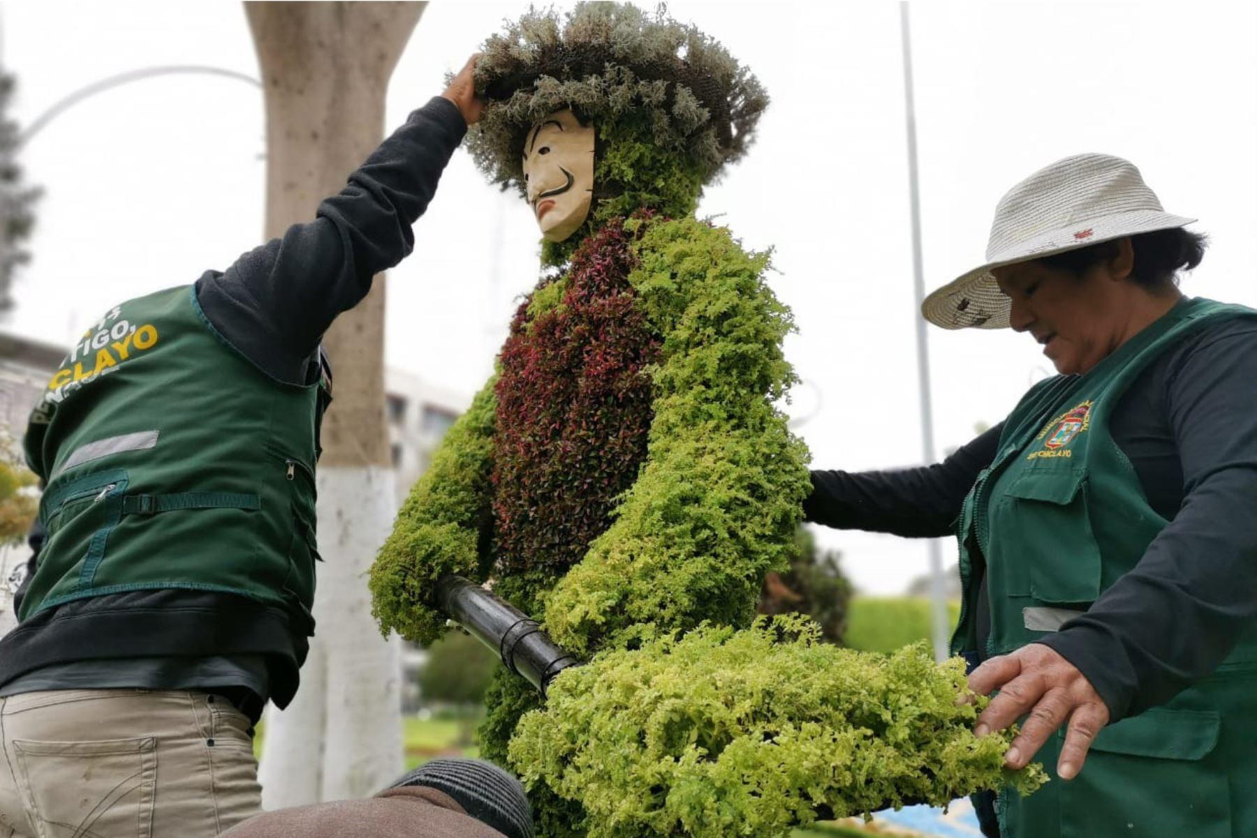 En la plaza principal de la ciudad norteña de Chiclayo se transforma un arbusto en un obrero. Foto: ANDINA/Difusión