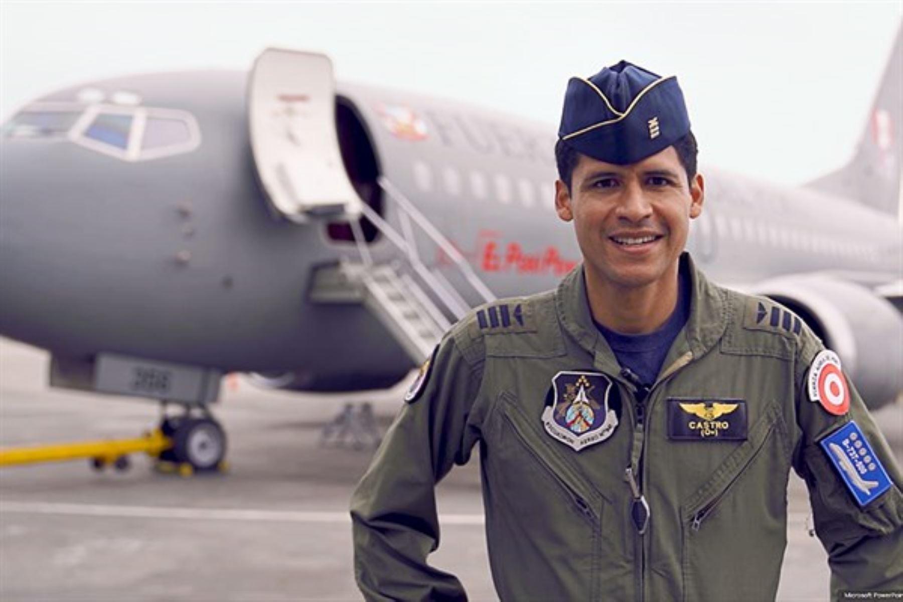 El comandante Fidel Castro Herrera, empezó el primer traslado de Iquitos a Lima de médicos con covid-19.Fue en el Boeing 737-500, la aeronave presidencial.