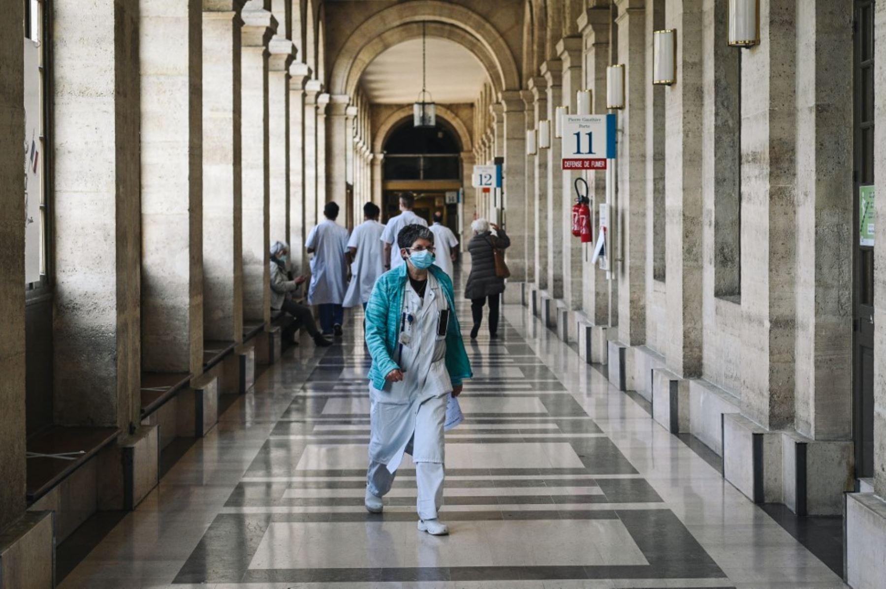 Un miembro del personal médico camina dentro del callejón principal del Hospital Lariboisiere en París. Foto: AFP