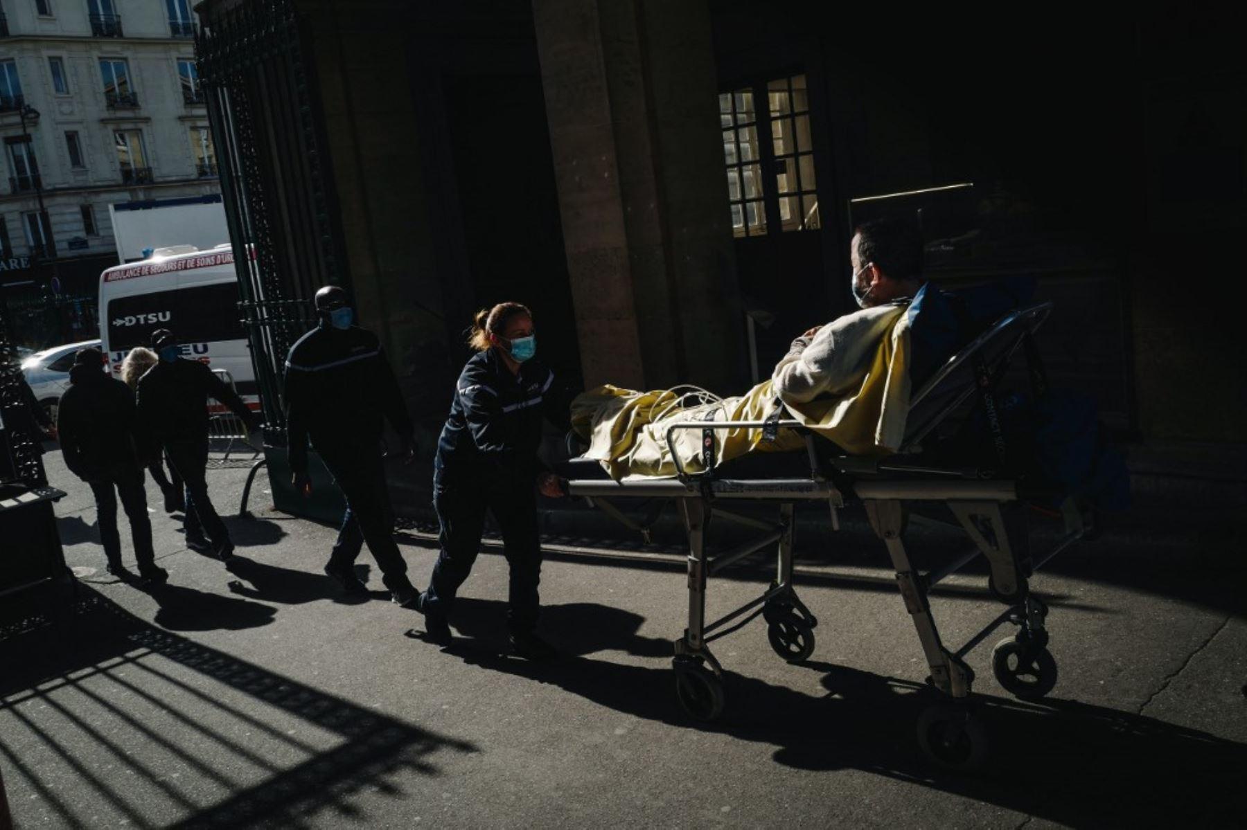 Los primeros auxilios traen a un paciente al Hospital Lariboisiere en París. Foto: AFP