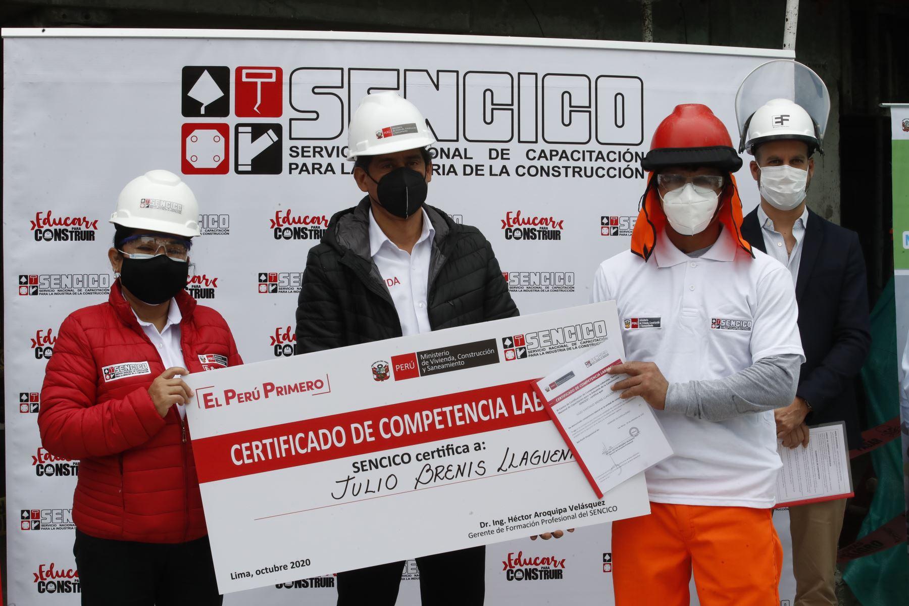 El ministro de Vivienda, Construcción y Saneamiento, Carlos Lozada Contreras, entrega los Certificados de Competencias Laborales que el Servicio Nacional de Capacitación para la Industria de la Construcción (Sencico) proporciona a trabajadores de construcción civil. Foto: ANDINA/Juan Carlos Guzmán