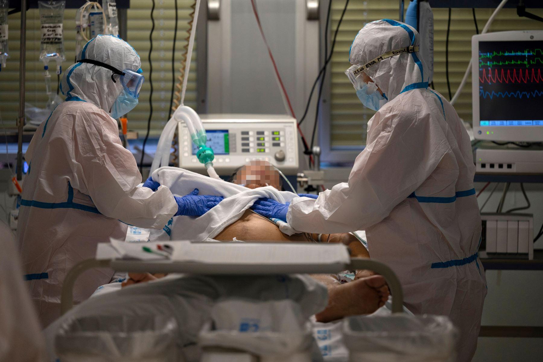 Los trabajadores sanitarios atienden a un paciente con coronavirus en la Unidad de Cuidados Intensivos (UCI) del Hospital Universitario Severo Ochoa de Leganés, España. Foto: AFP