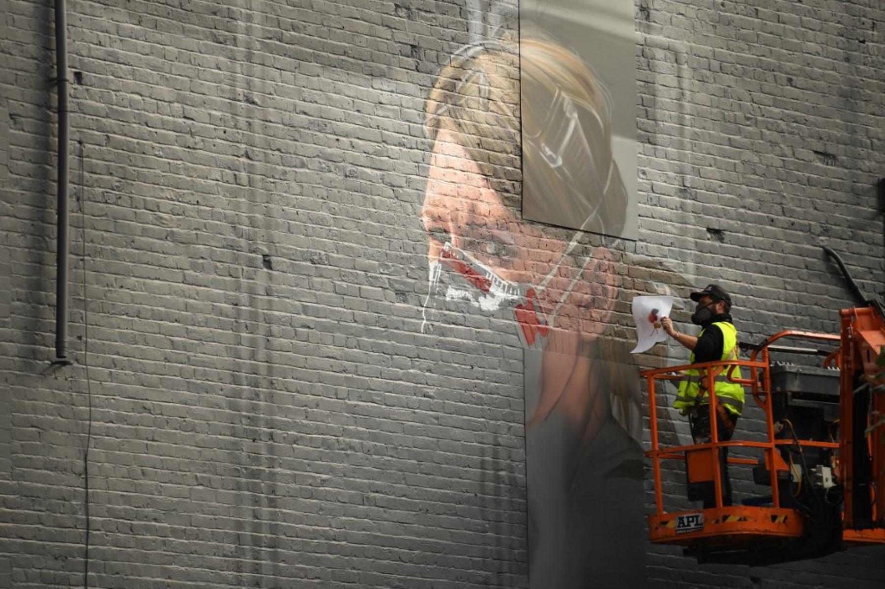 Un artista crea un mural de un trabajador del NHS en una pared en el norte de Manchester a medida que aumenta el número de casos del nuevo coronavirus COVID-19.