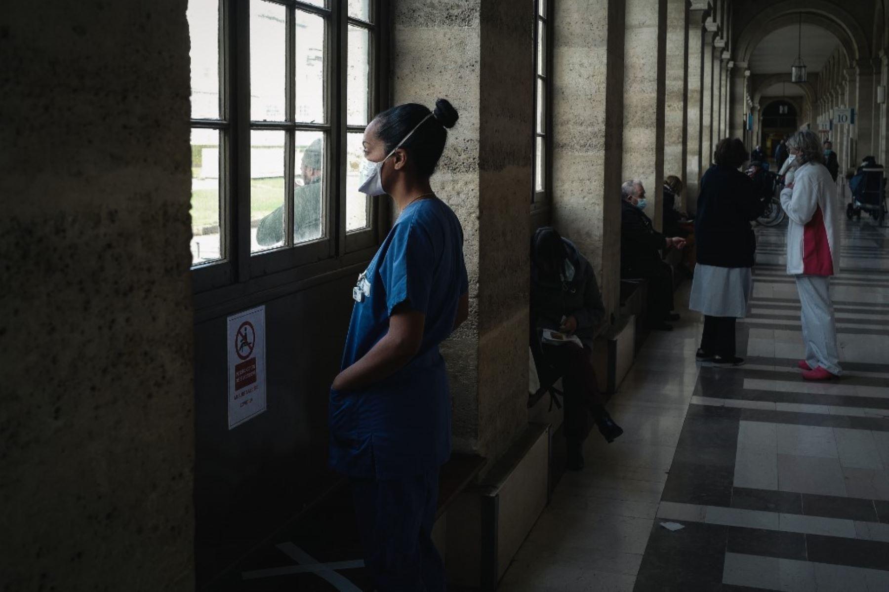 Una enfermera toma un descanso en el callejón principal del Hospital Lariboisiere de la AP-HP (Assistance Publique - Hopitaux de Paris) en París. Foto: AFP