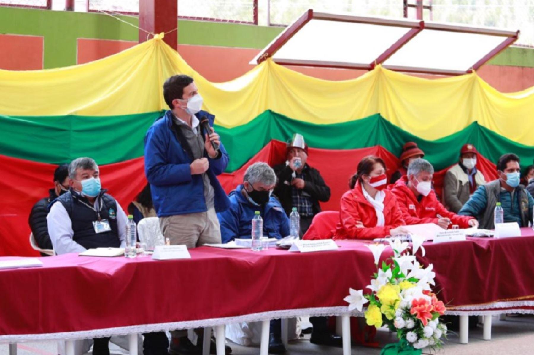 El ministro de Energía y Minas, Miguel Incháustegui, encabeza mesa de diálogo en el distrito de Tambobamba, capital de la provincia de Cotabambas, en la región Apurímac. Foto: Minem