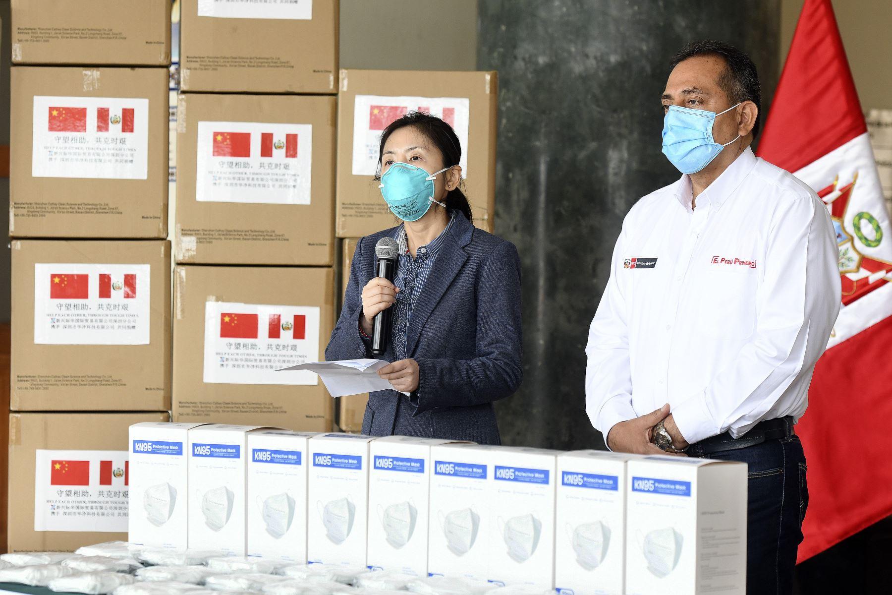 Ministerio del Interior, César Gentille, recibió de China 650 mil mascarillas para la Policía. Foto: ANDINA/Ministerio del Interior