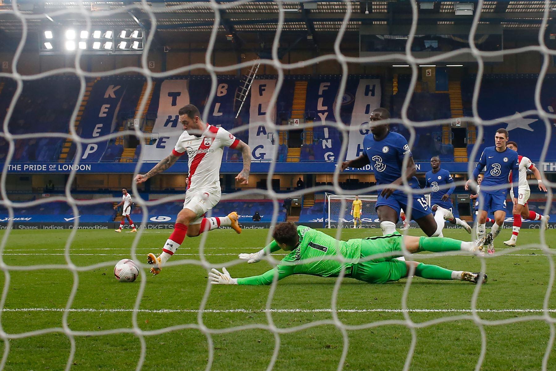 El delantero inglés de Southampton, Danny Ings, supera al portero español de Chelsea, Kepa Arrizabalaga, durante el partido de fútbol de la Premier League en Stamford Bridge, en Londres. Foto: AFP