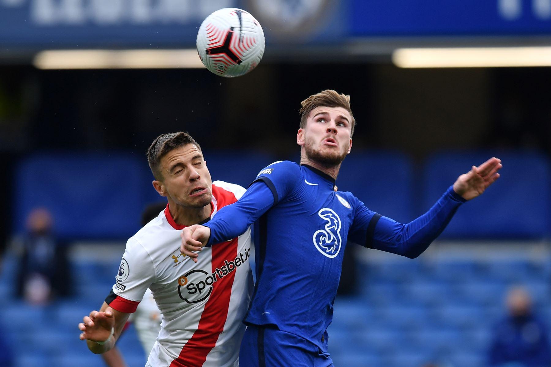 El delantero alemán de Chelsea, Timo Werner, se enfrenta al defensor polaco de Southampton, Jan Bednarek, durante el partido de fútbol de la Premier League en Stamford Bridge, Londres. Foto: AFP