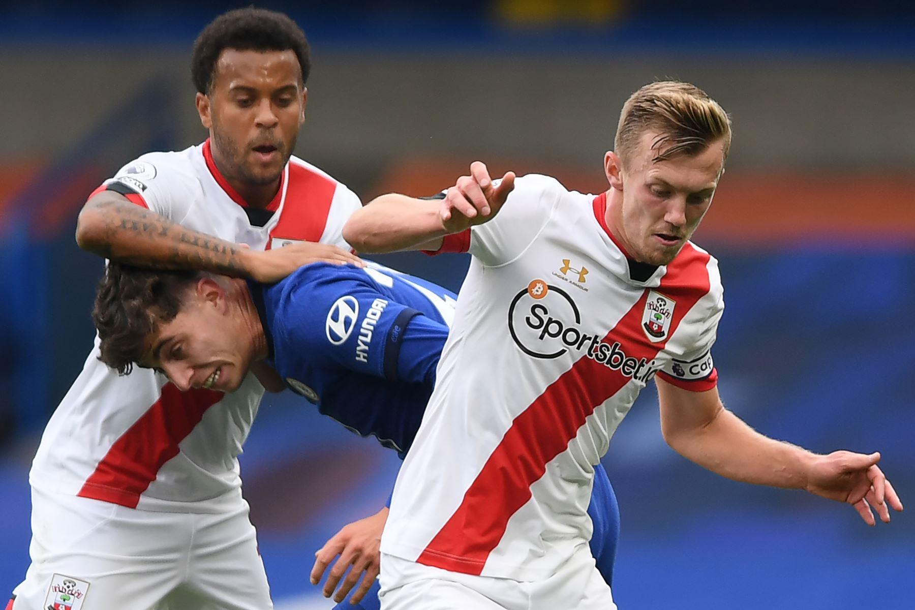 El mediocampista alemán de Chelsea, Kai Havertz, se enfrenta a sus rivales de Southampton, Ryan Bertrand y el mediocampista inglés, James Ward-Prowse, durante el partido de fútbol de la Premier League en Stamford Bridge, Londres. Foto: AFP