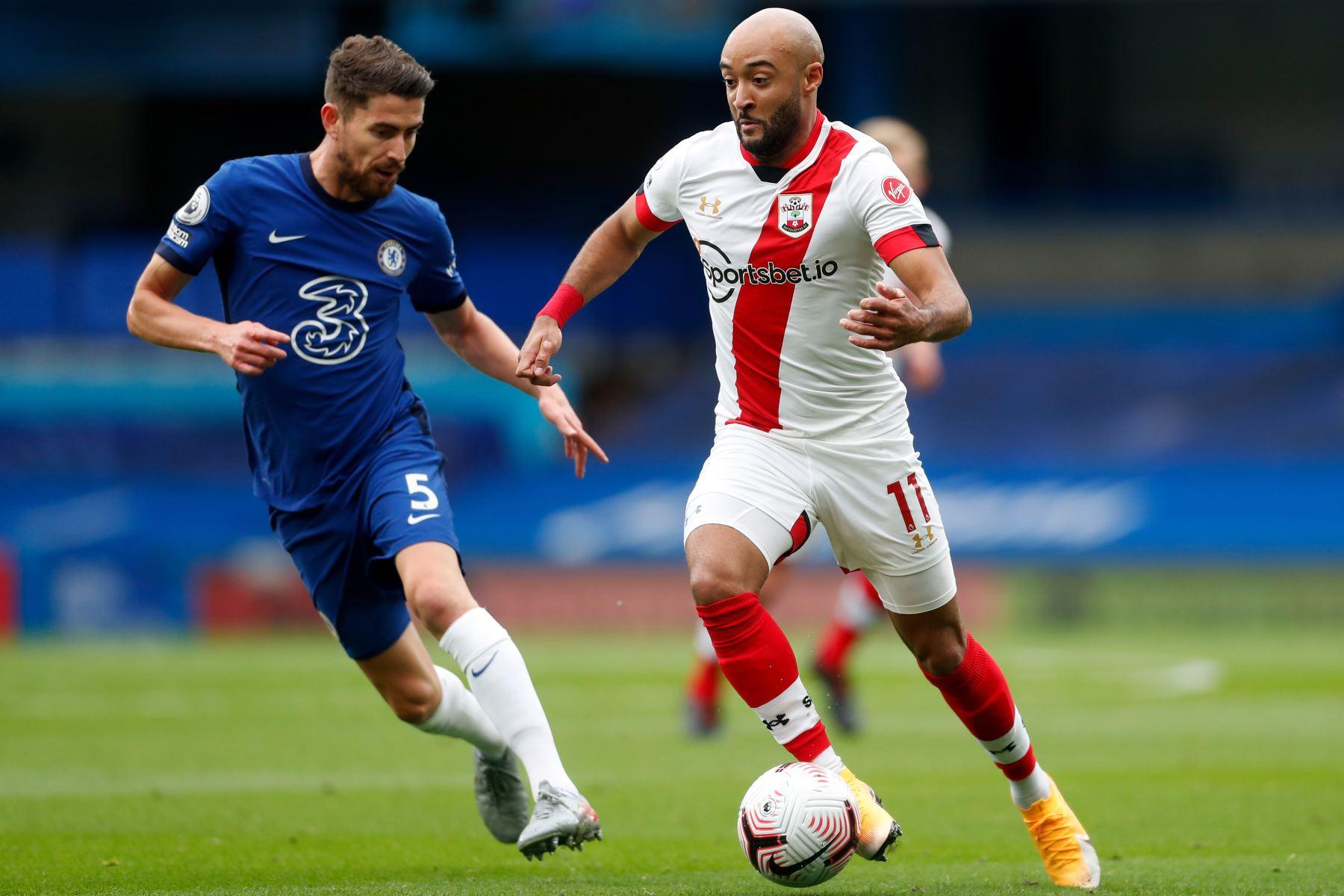 El mediocampista italiano de Chelsea, Jorginho, lucha por el balón con el mediocampista inglés de Southampton, Nathan Redmond, durante el partido de fútbol de la Premier League en Stamford Bridge, Londres. Foto: AFP