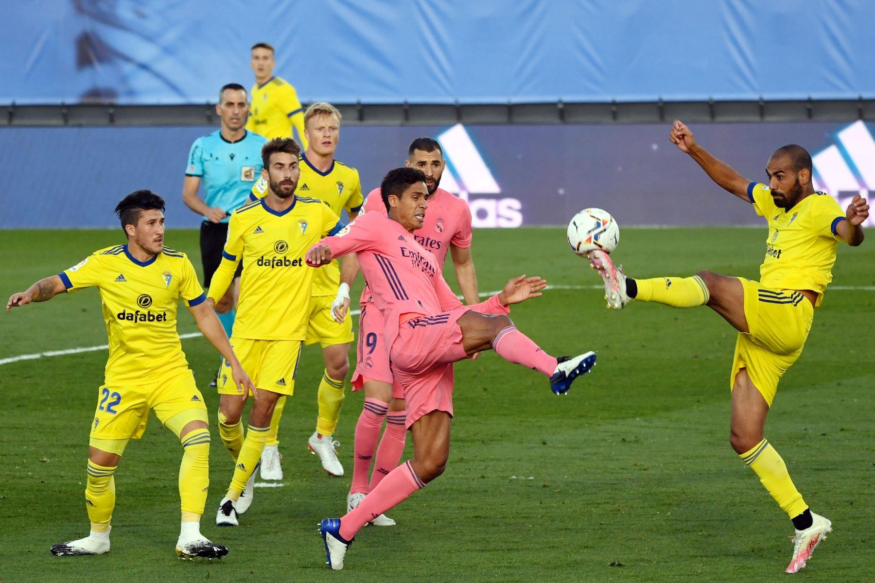 El defensor español del Cádiz, Fali, compite con el defensor francés del Real Madrid, Raphael Varane, durante el partido de fútbol de la Liga española en el estadio Alfredo Di Stefano, en Valdebebas, noreste de Madrid. Foto: AFP