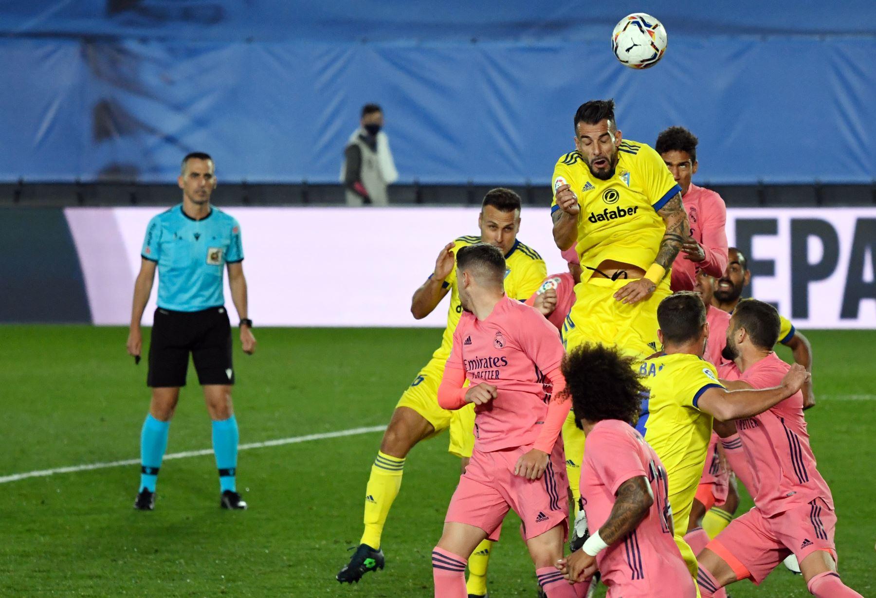 El delantero español de Cádiz, Álvaro Negredo, dirige el balón hacia la portería del Real Madrid durante el partido de fútbol de la Liga española en el estadio Alfredo Di Stefano, en Valdebebas, noreste de Madrid. Foto: AFP