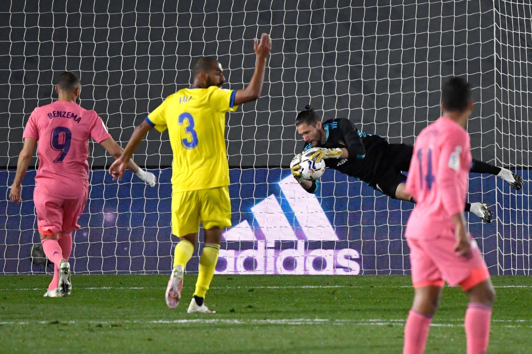 El portero argentino del Cádiz, Jeremias Ledesma, detiene el balón durante el partido de fútbol de la Liga española en el estadio Alfredo Di Stefano de Valdebebas, noreste de Madrid. Foto: AFP