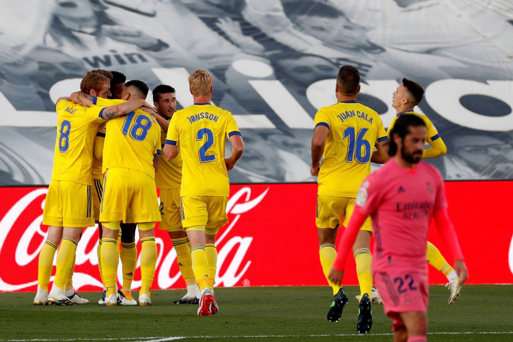 Los jugadores del Cádiz celebran tras marcar ante el Real Madrid durante el partido de la Liga española en el estadio Alfredo Di Stefano, en Valdebebas, noreste de Madrid. Foto: EFE