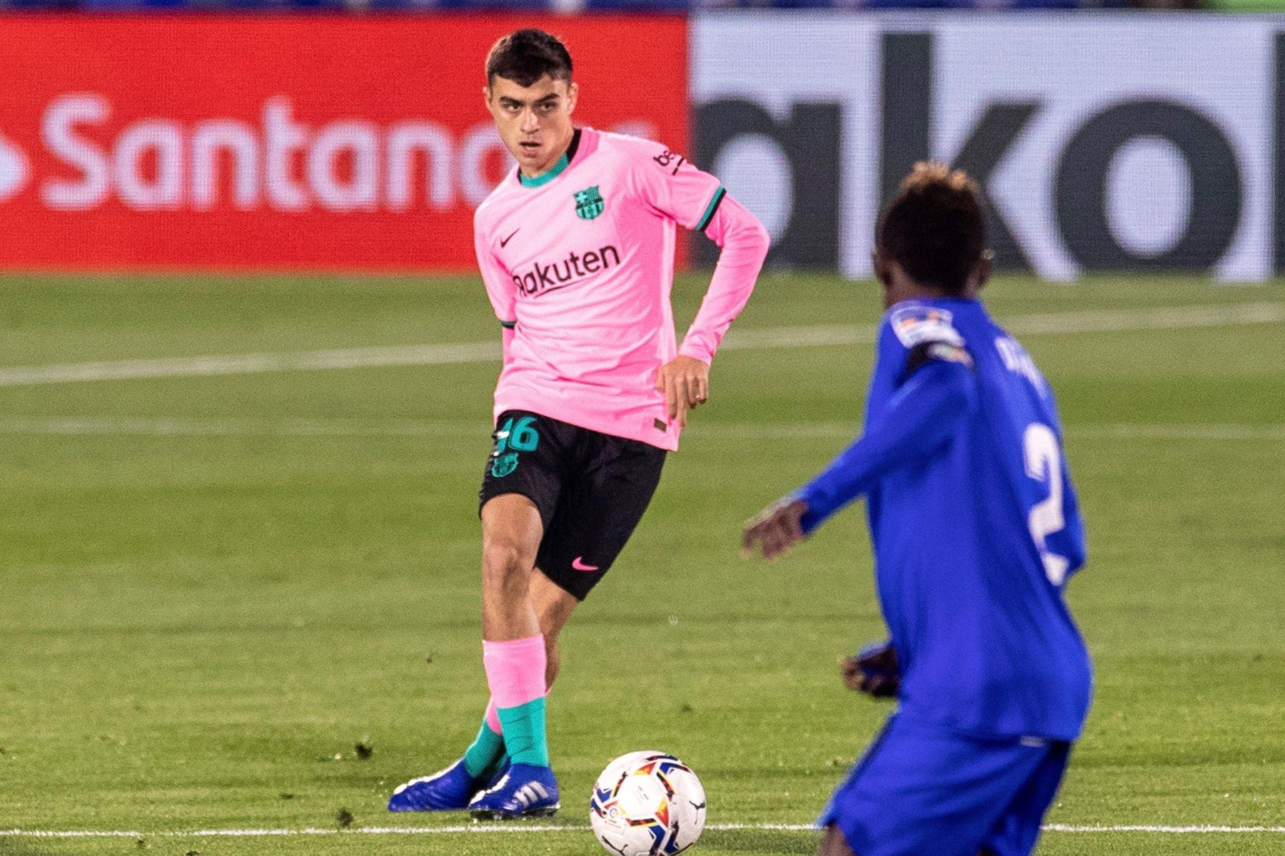 El delantero del FC Barcelona Pedri Gonzales se enfrenta por el balón ante Djene del Getafe, durante el partido de Liga que se disputa en el Coliseum Alfonso Pérez. Foto: EFE
