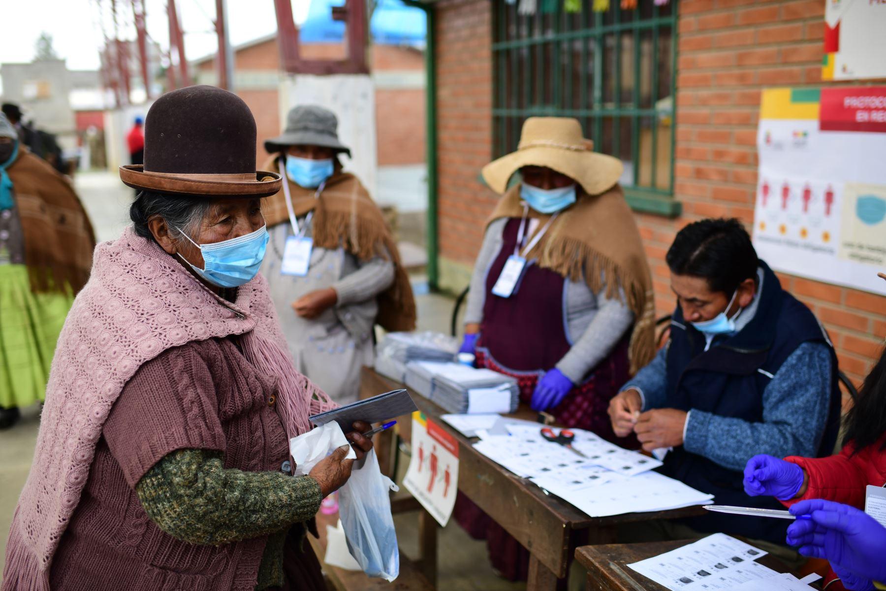 Una mujer espera para emitir su voto en un colegio electoral en Huarina, Bolivia, durante las elecciones generales del país que se desarrollan en medio de la pandemia. Foto: AFP