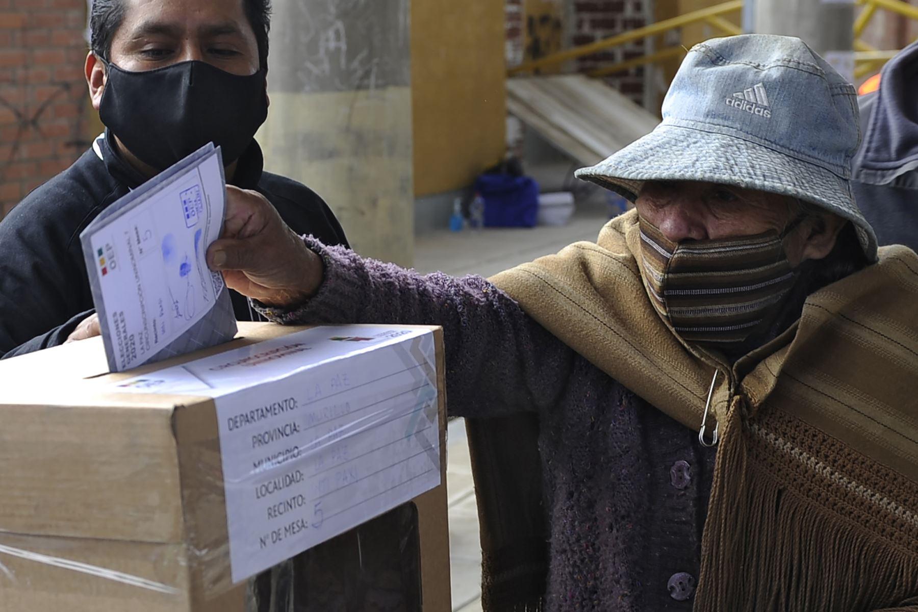 Una mujer indígena aymara emite su voto en un colegio electoral en La Paz durante las elecciones generales de Bolivia que se desarrollan en medio de la pandemia. Foto: AFP