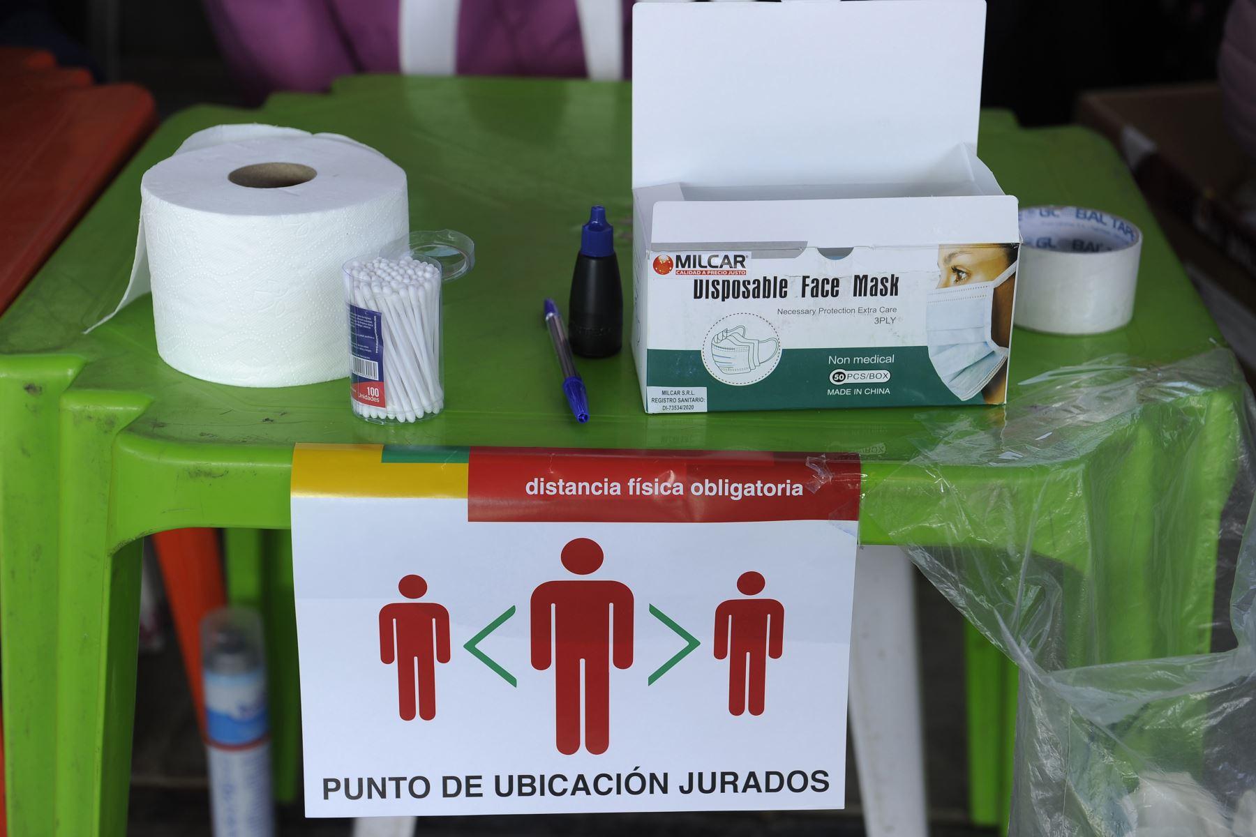 Máscaras faciales y otros implementos están disponibles en un colegio electoral en La Paz durante las elecciones generales de Bolivia que se desarrollan en medio de la pandemia. Foto: AFP
