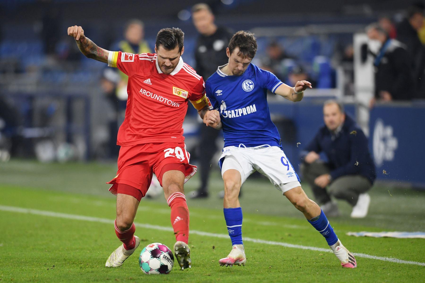 Christopher Trimmel FC Union Berlin lucha por el balón contra Benito Raman del FC Schalke 04 durante el partido de la Bundesliga en el Veltins-Arena en Gelsenkirchen, Alemania. Foto: EFE