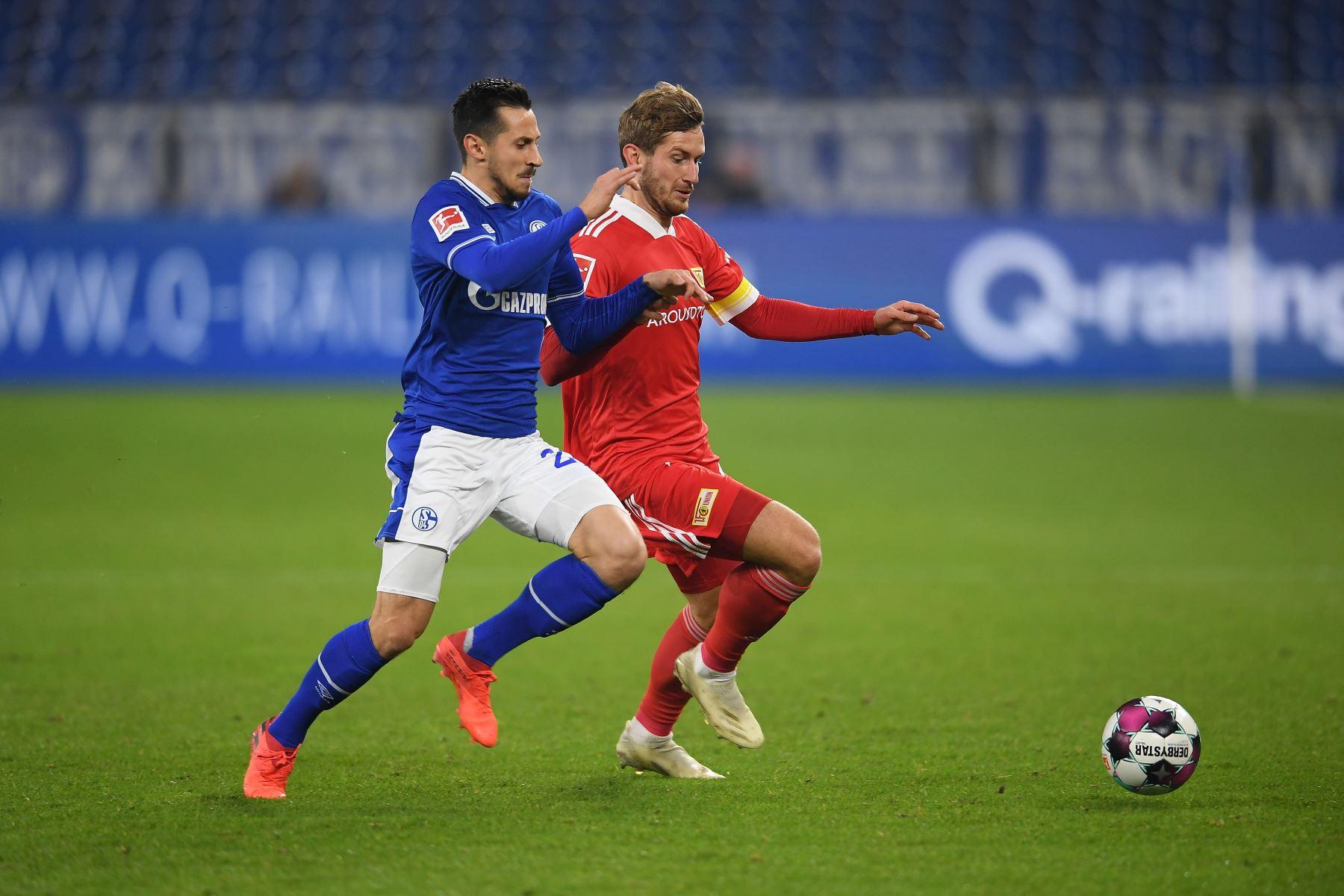 Steven Skrzybski del FC Schalke 04 lucha por el balón contra Christopher Lenz del Union Berlin durante el partido de la Bundesliga en Veltins-Arena, en Gelsenkirchen, Alemania. Foto: EFE