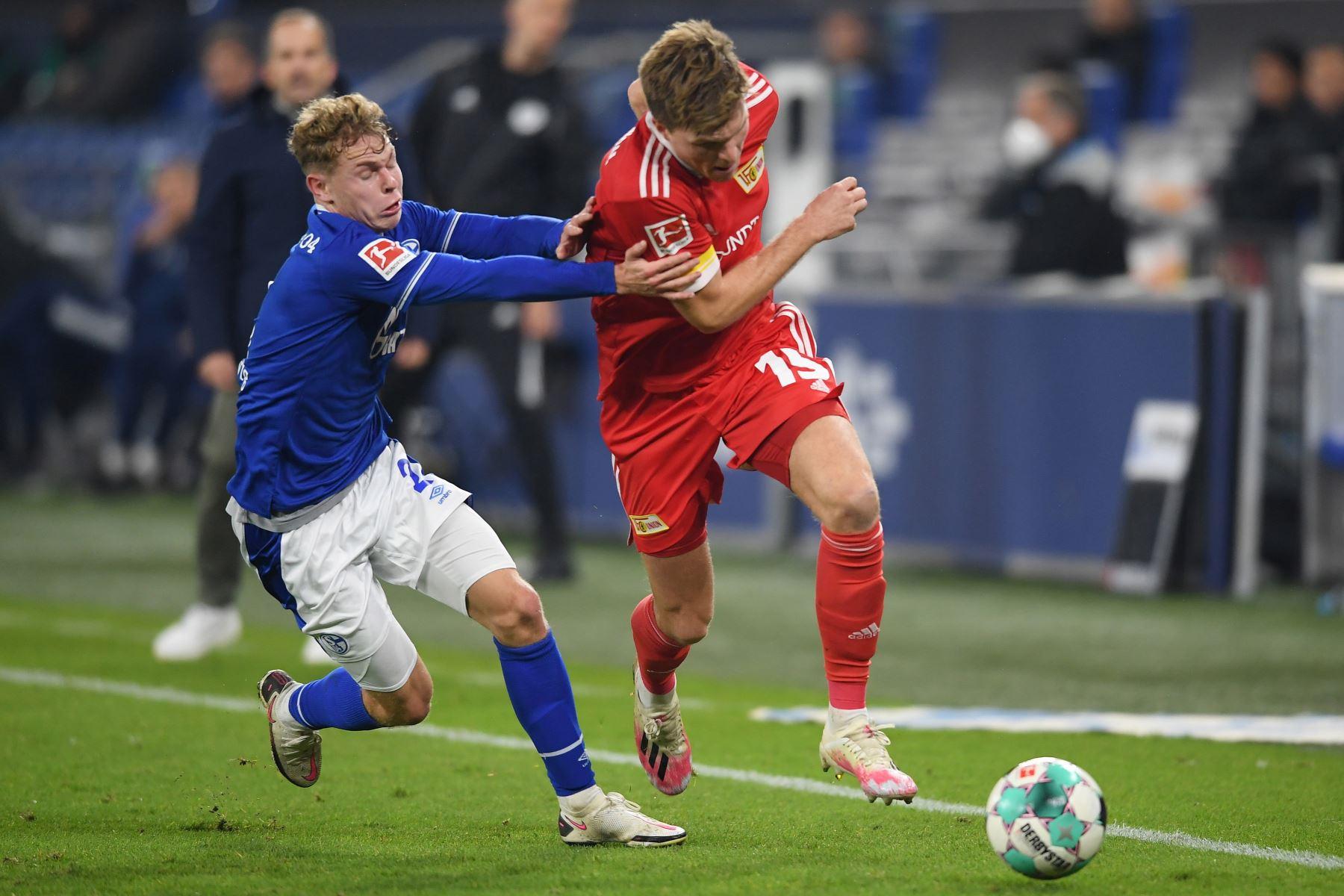 Kilian Ludewig del FC Schalke 04 lucha por el balón contra Marius Bulter del FC Union Berlin durante el partido de la Bundesliga en Veltins-Arena en Gelsenkirchen, Alemania. Foto: EFE