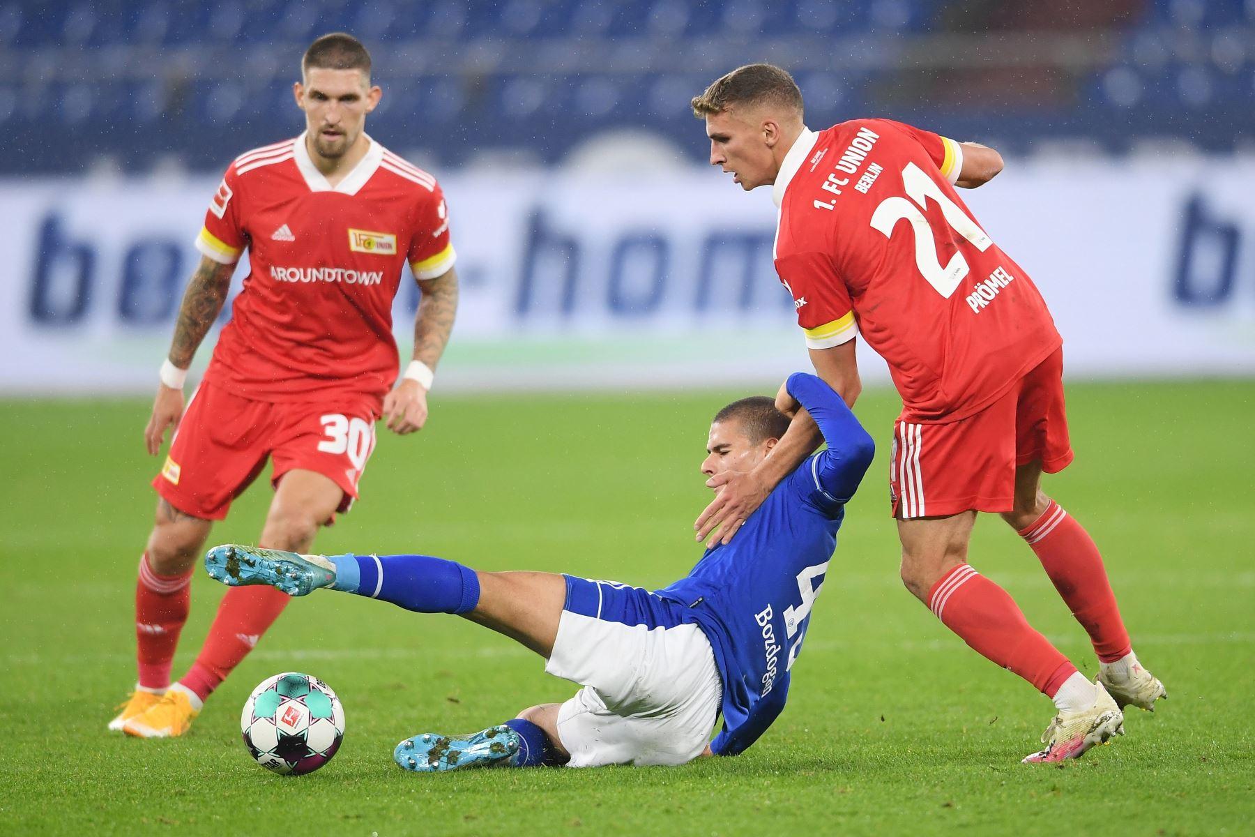 Can Bozdogan del FC Schalke 04 compite por el balón contra Grischa Promel del FC Union Berlin durante el partido de la Bundesliga en el Veltins-Arena en Gelsenkirchen, Alemania. Foto: EFE