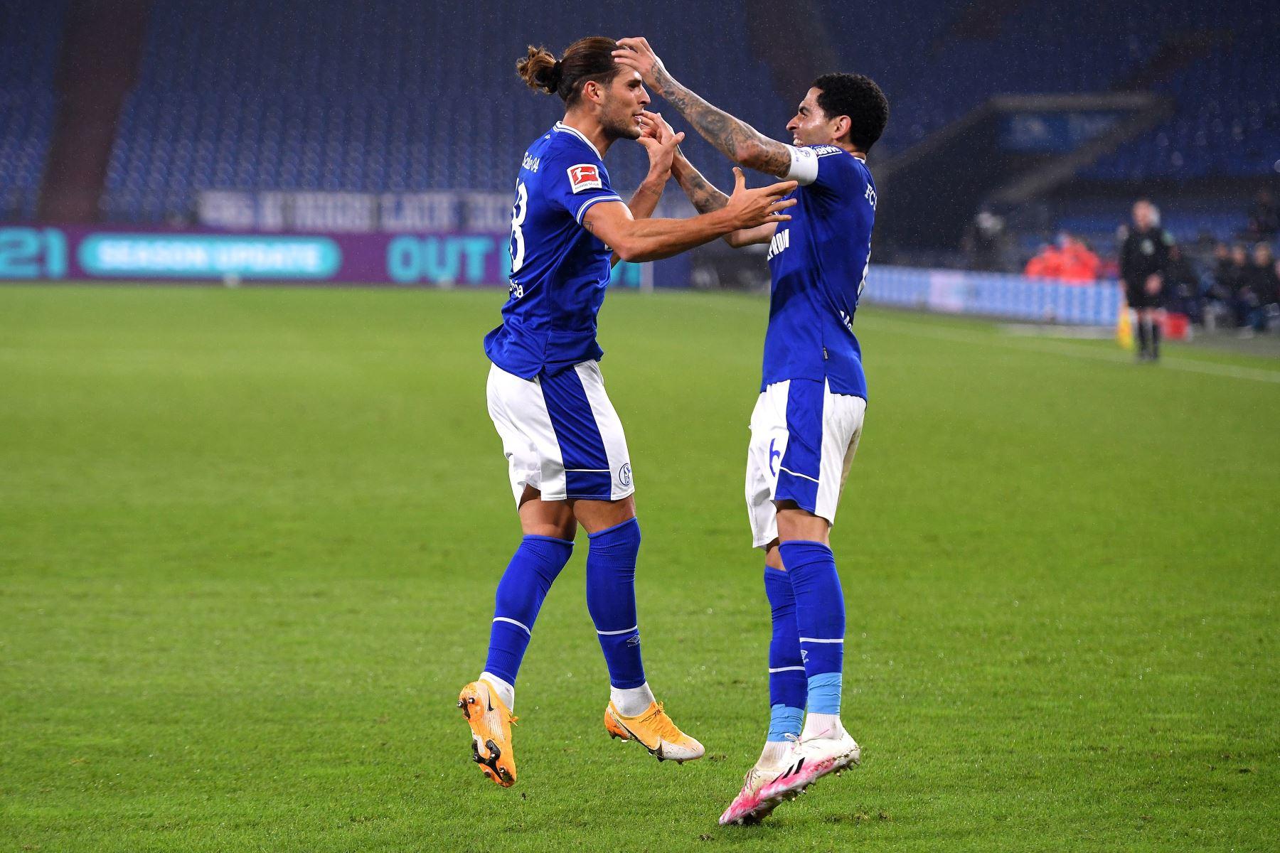 Goncalo Paciencia del FC Schalke 04 celebra con su compañero Omar Mascarell tras marcar el 1-1 durante el partido de la Bundesliga en el Veltins-Arena en Gelsenkirchen, Alemania. Foto: EFE