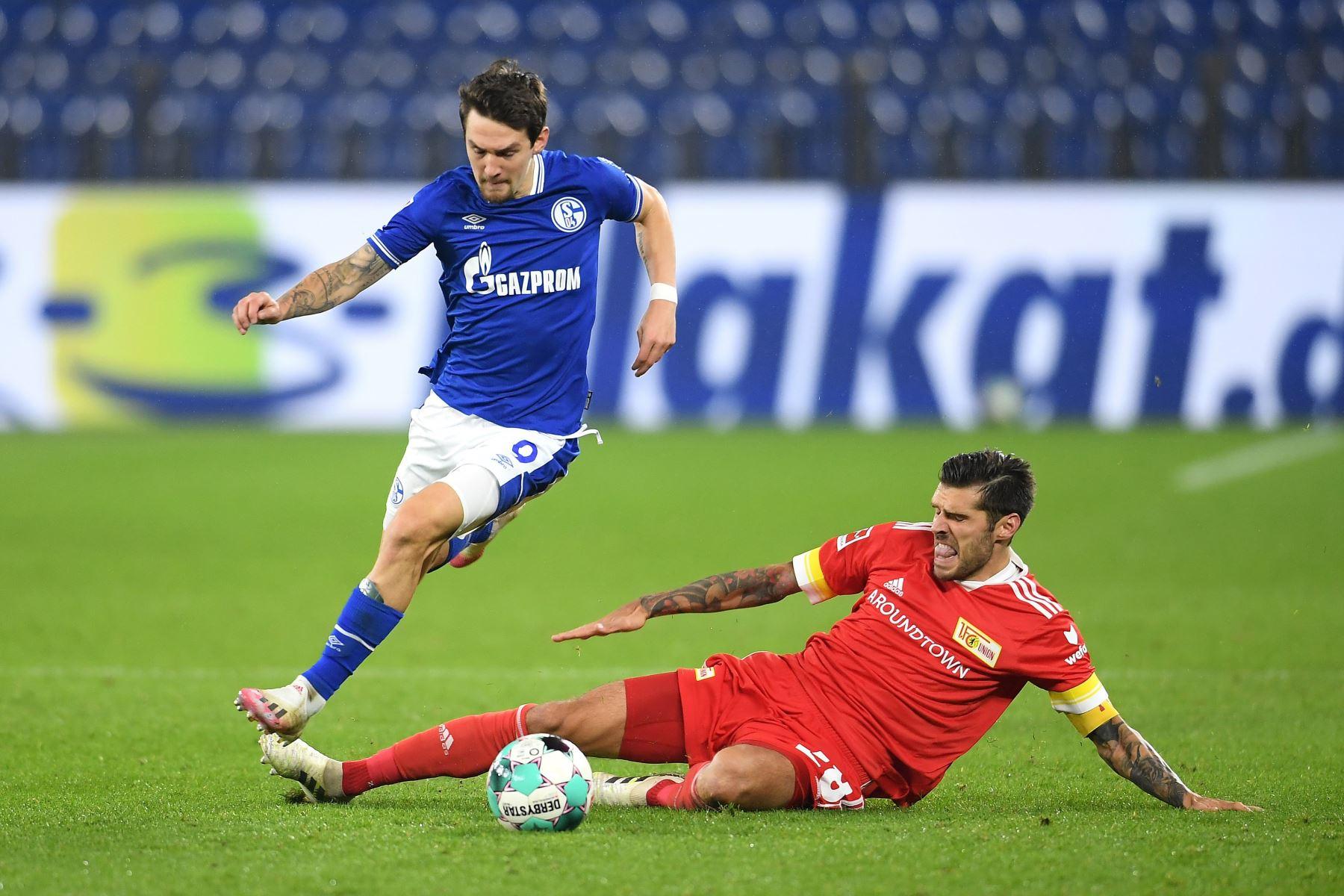 Benito Raman del FC Schalke 04 es desafiado por Christopher Trimmel del FC Union Berlin durante el partido de la Bundesliga en el Veltins-Arena en Gelsenkirchen, Alemania. Foto: EFE