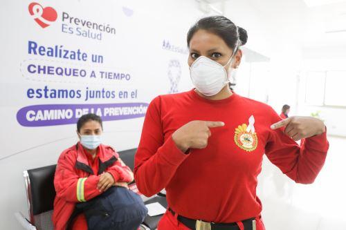 Essalud realizó mamografías a bomberas para descartar cáncer de mama