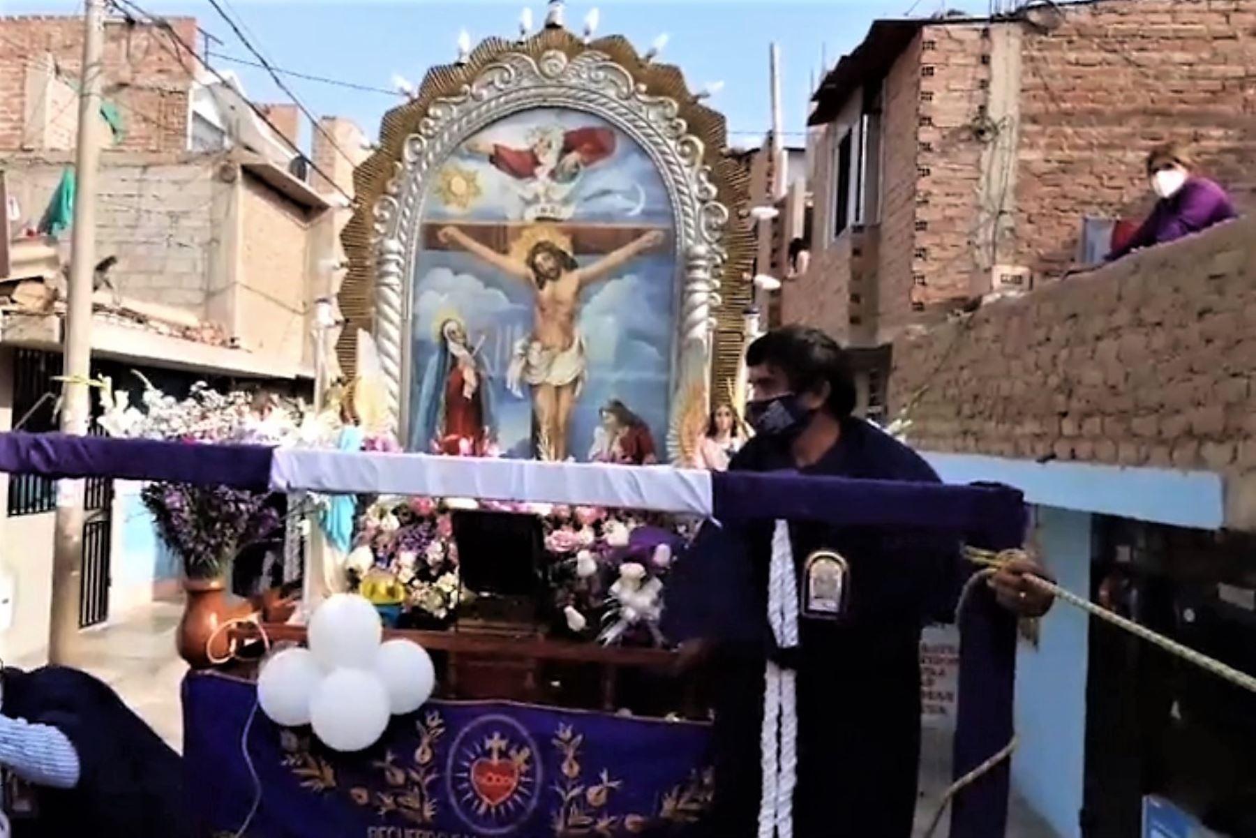 Imagen del Señor de los Milagros recorrió las calles del distrito de La Esperanza, en Trujillo. Los fieles observaron el paso de la imagen desde sus viviendas.