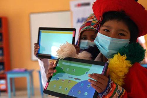Ministro Benavides entrego  tabletas a niños de zonas rurales en Cusco