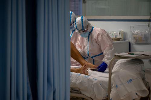 Médicos de un Hospital de Madrid trabajan bajo la segunda ola de Covid-19
