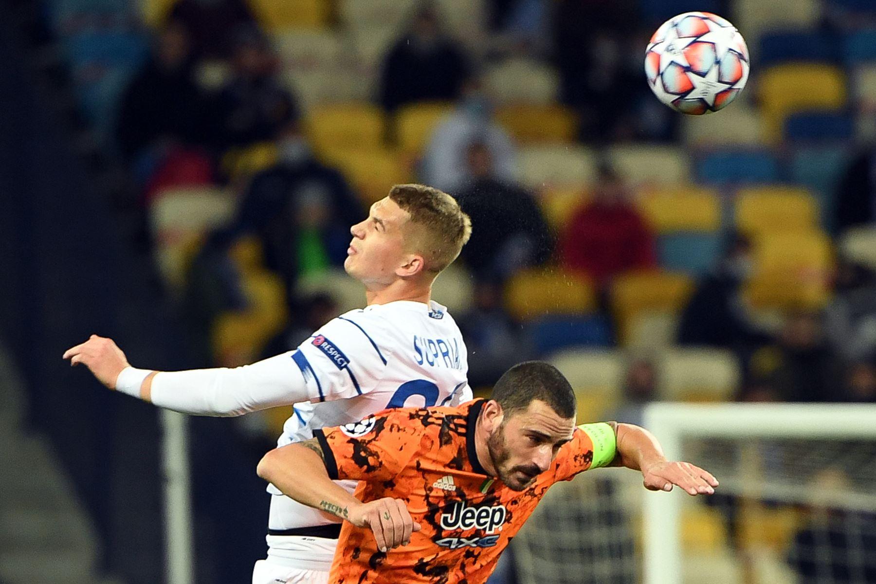 El delantero ucraniano del Dynamo Kiev Vladyslav Supriaha y el defensor italiano de la Juventus, Leonardo Bonucci, compiten por el balón durante el partido de fútbol del grupo G de la Liga de Campeones de la UEFA. Foto: AFP