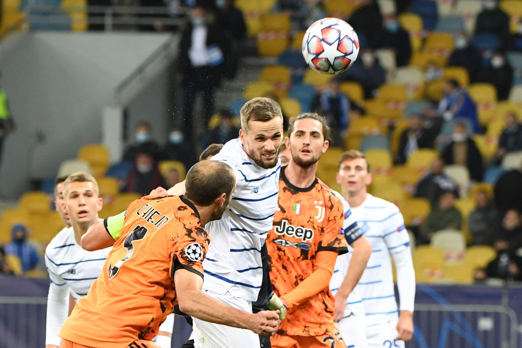 El defensor italiano de la Juventus Giorgio Chiellini y el defensor polaco del Dynamo Kiev, Tomasz Kedziora, compiten por el balón durante el partido de fútbol del grupo G de la Liga de Campeones de la UEFA. Foto: AFP