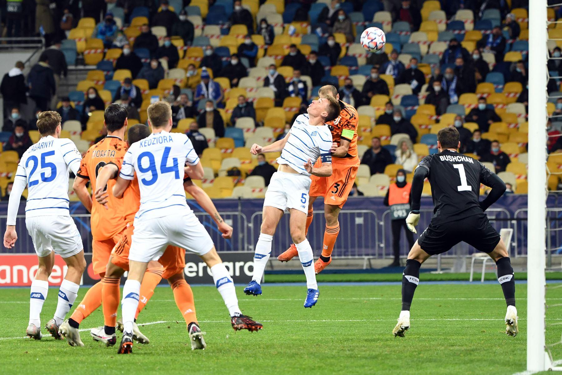 El mediocampista ucraniano del Dynamo Kiev Serhiy Sydorchuk y el defensor italiano de la Juventus, Giorgio Chiellini, compiten por el balón durante el partido de fútbol del grupo G de la Liga de Campeones de la UEFA. Foto: AFP