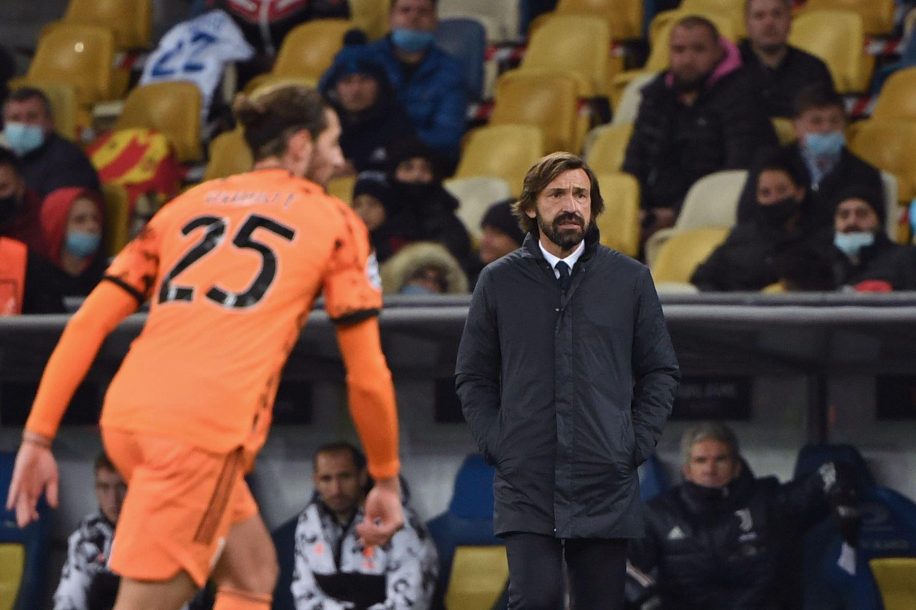 El entrenador italiano de la Juventus, Andrea Pirlo, observa el partido de su equipo ante  Dynamo Kiev por grupo G de la Liga de Campeones de la UEFA. Foto: AFP