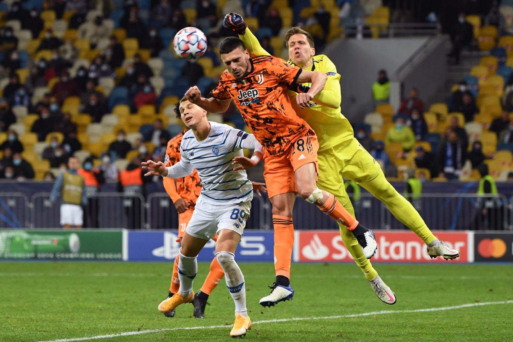 El delantero ucraniano del Dynamo, Kiev Vladyslav Supriaha, el defensor turco de la Juventus, Merih Demiral y el portero polaco de la Juventus Wojciech Szczesny en una acción durante el partido de fútbol del grupo G de la Liga de Campeones de la UEFA. Foto: AFP