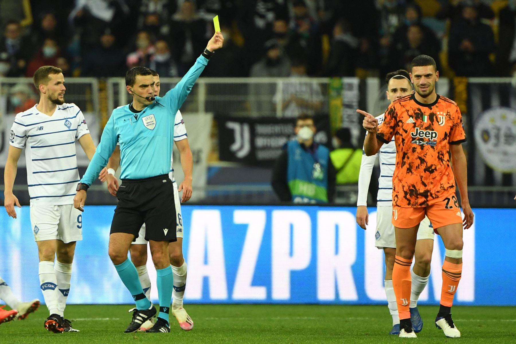 El defensor turco de la Juventus, Merih Demiral, recibe una tarjeta amarilla durante el partido de fútbol del grupo G de la Liga de Campeones de la UEFA. Foto: AFP