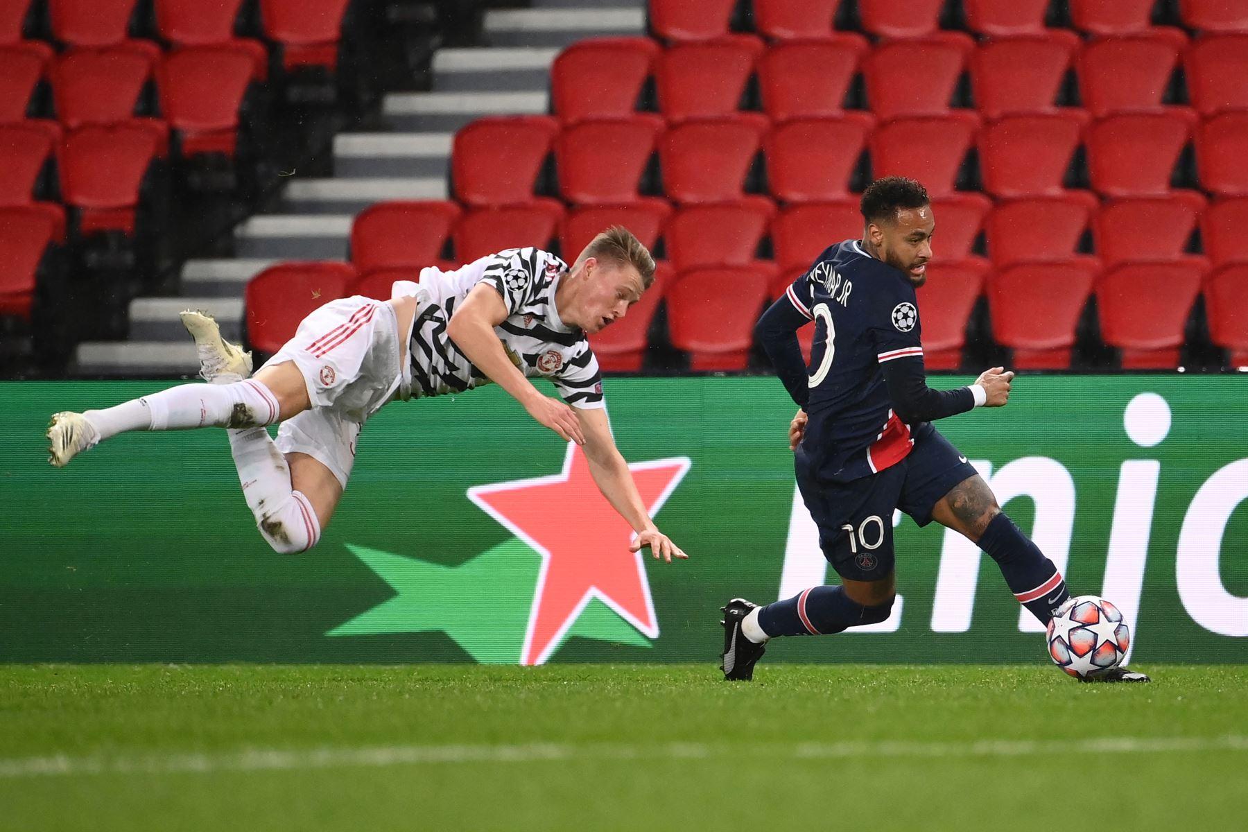 El delantero brasileño del Paris Saint-Germain Neymar compite por el balón con el centrocampista escocés del Manchester United, Scott McTominay, durante el partido de ida del Grupo H de la Liga de Campeones de la UEFA. Foto: AFP