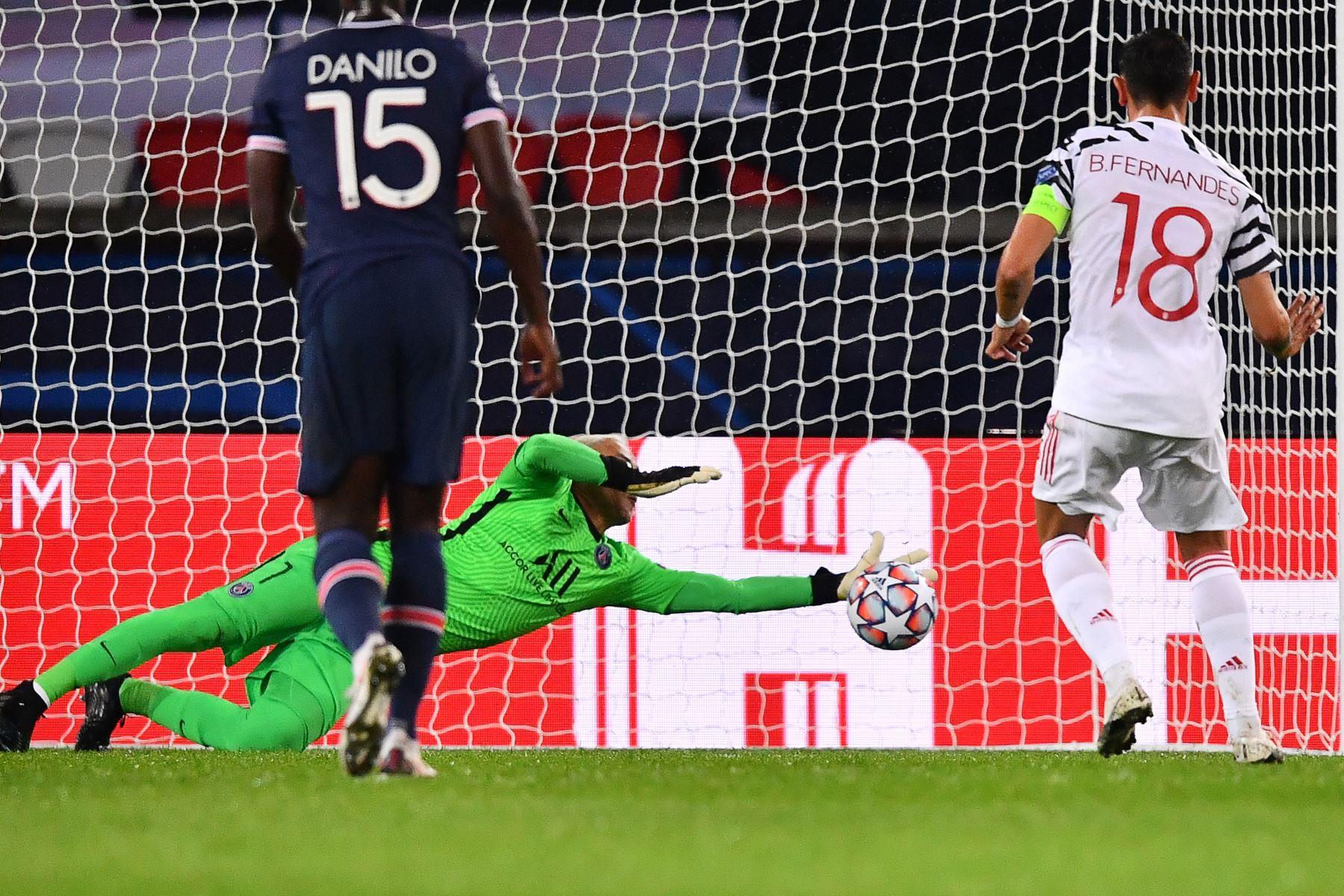 El portero costarricense del Paris Saint-Germain, Keylor Navas, detiene un penalti durante el partido ante Manchester United por el grupo Grupo H de la Liga de Campeones de la UEFA. Foto: AFP