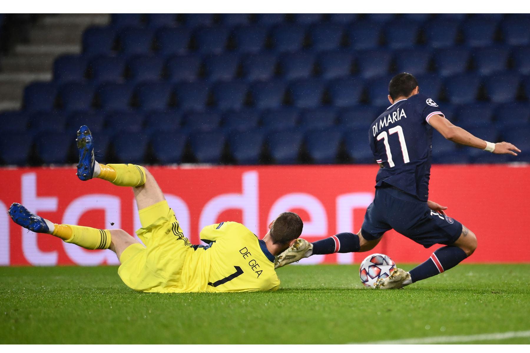 El centrocampista argentino del Paris Saint-Germain, Angel Di Maria, compite por el balón contra el portero español del Manchester United, David de Gea, durante el partido de ida del Grupo H de la Liga de Campeones de la UEFA. Foto: AFP