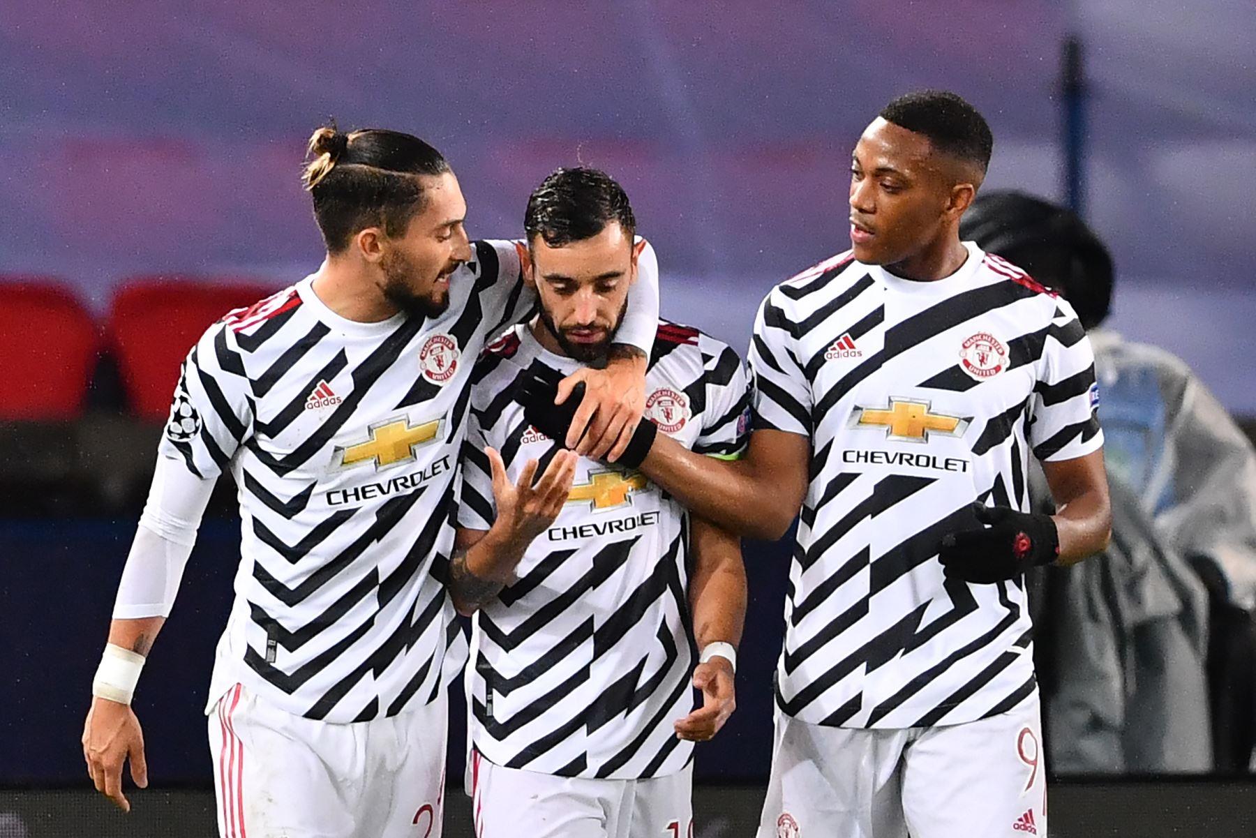 El centrocampista portugués del Manchester United Bruno Fernandes celebra con sus compañeros de equipo después de marcar un penalti durante el partido contra PSG por la Liga de Campeones la UEFA. Foto: AFP