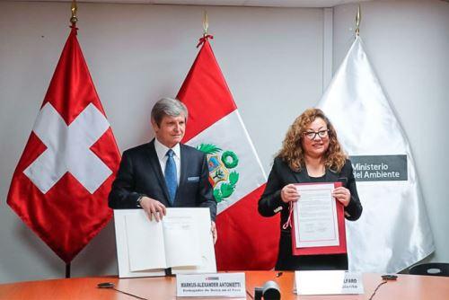Environment Minister Kirla Echegaray and Swiss Ambassador to Peru Markus-Alexander Antonietti.
