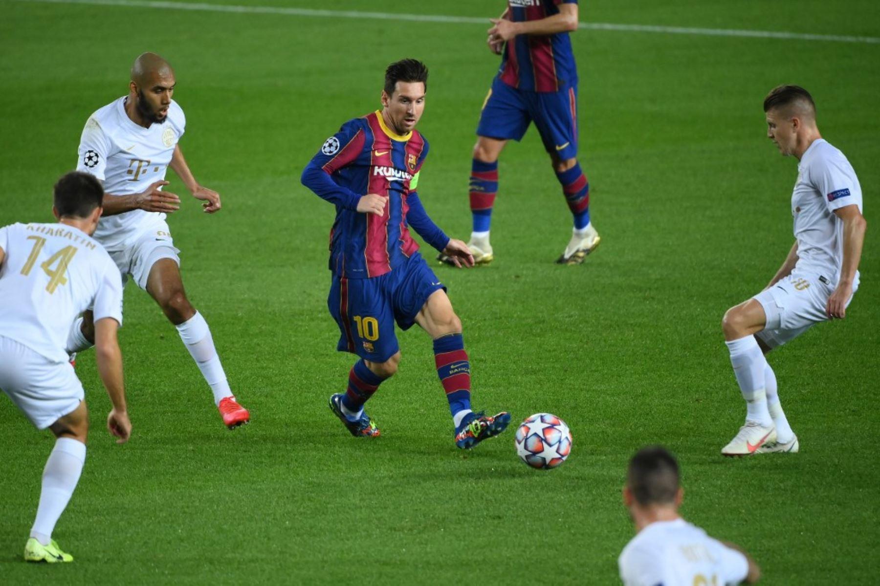 El delantero argentino del Barcelona Lionel Messi desafía la defensa de los Ferencvaros durante el partido de fútbol de la Liga de Campeones de la UEFA entre el FC Barcelona y el Ferencvarosi TC en el estadio Camp Nou de Barcelona el 20 de octubre de 2020. Foto: AFP