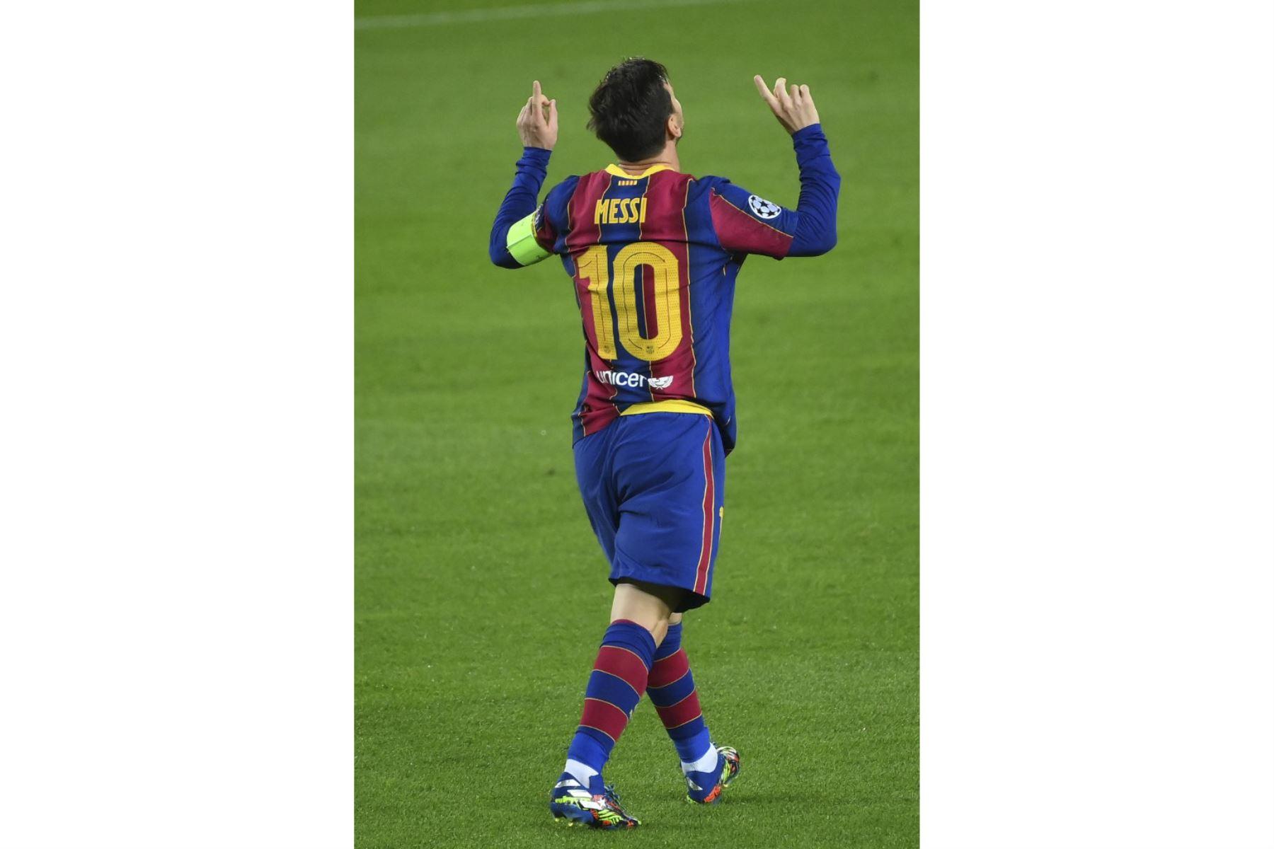 El delantero argentino del Barcelona Lionel Messi celebra tras anotar un penalti durante el partido de fútbol de la UEFA Champions League entre el FC Barcelona y el Ferencvarosi TC en el estadio Camp Nou de Barcelona el 20 de octubre de 2020. Foto: AFP
