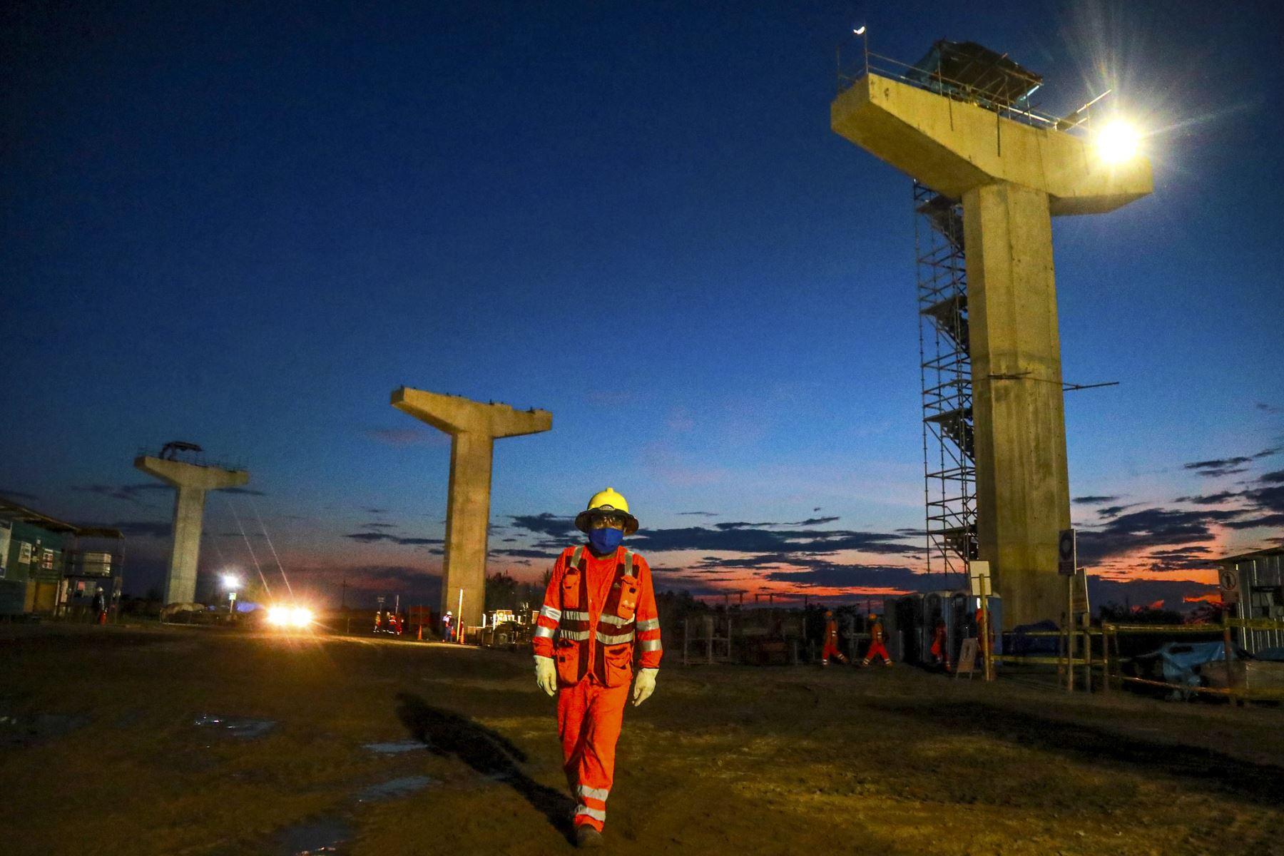 Desde Loreto, el presidente Martin Vizcarra, junto al ministro de Transporte, Carlos Estremadoyro, supervisan el avance de obras de la construcción del puente Nanay. Foto: ANDINA/Prensa Presidencia