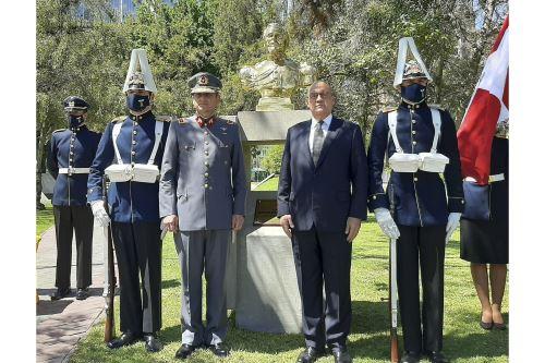 Develan busto del Coronel Francisco Bolognesi en Escuela Militar de Chile