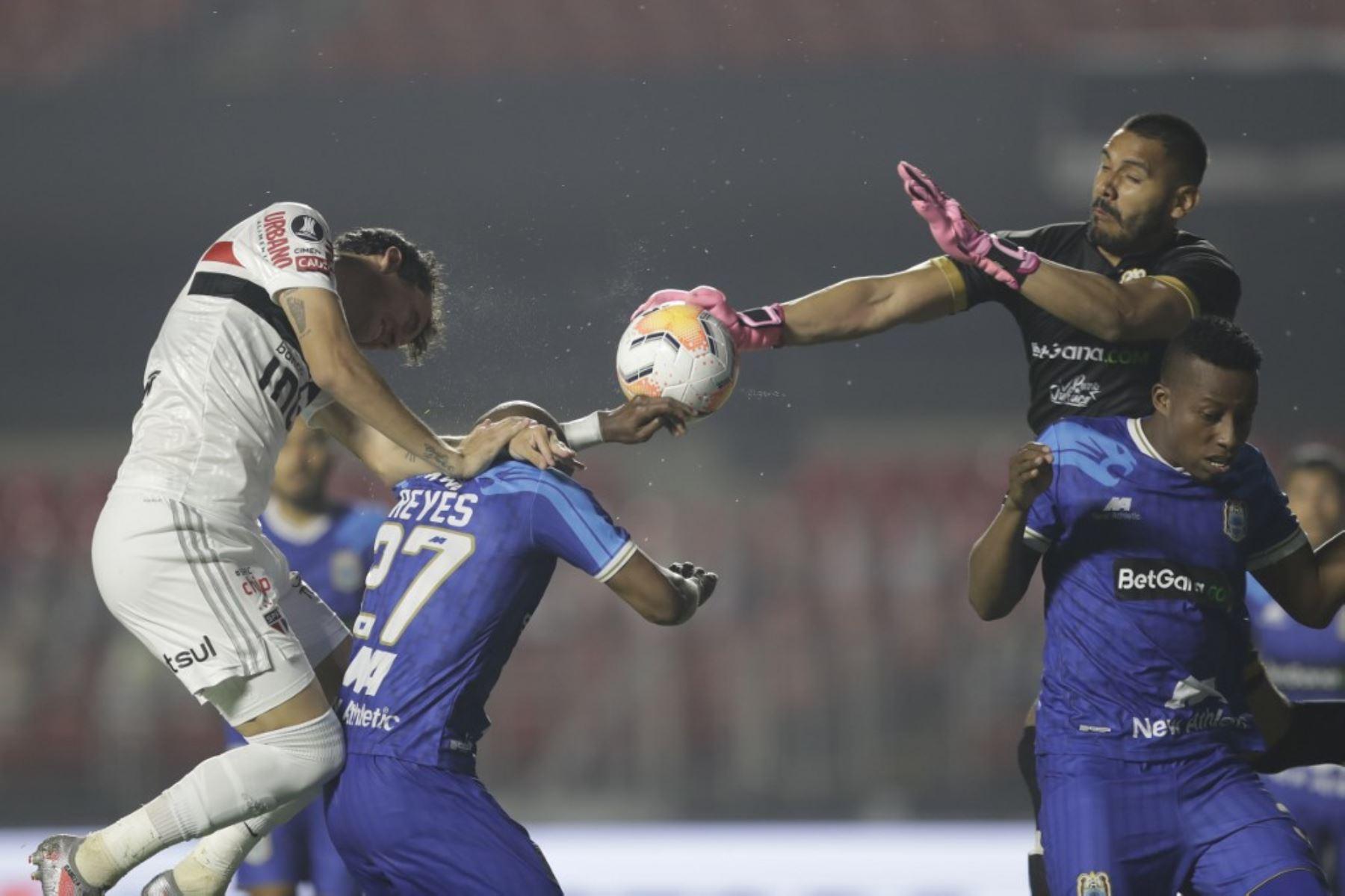 El defensa Binacional de Perú Jeickson Reyes (C) y el delantero brasileño de Sao Paulo Pablo compiten por el balón durante su partido de fútbol a puerta cerrada en la fase de grupos de la Copa Libertadores en el estadio Morumbi en Sao Paulo, Brasil. Foto: AFP