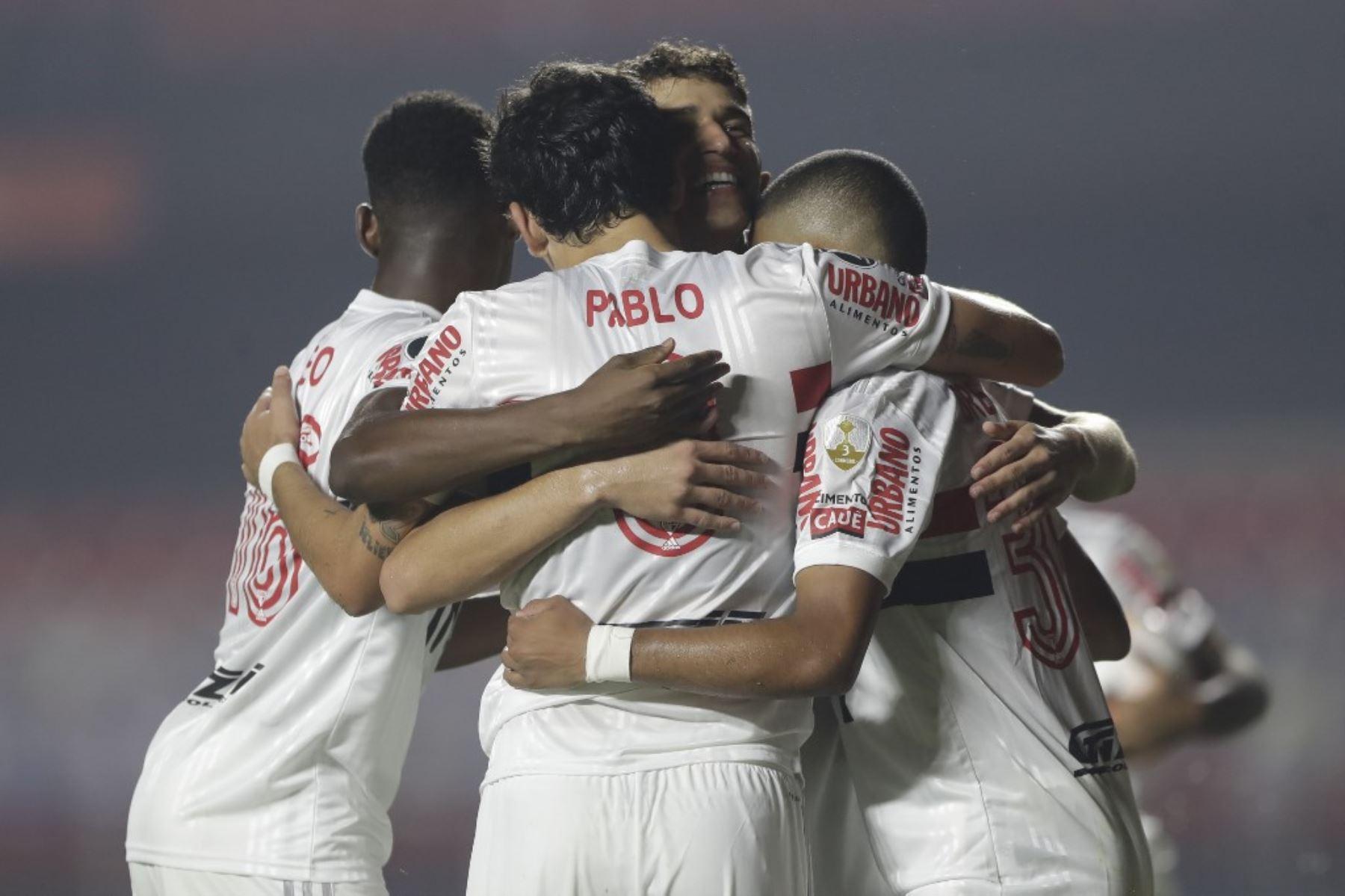 El delantero brasileño de Sao Paulo Pablo celebra con sus compañeros de equipo después de anotar contra la Binacional de Perú durante su partido de fútbol a puerta cerrada de la fase de grupos de la Copa Libertadores en el estadio Morumbi en Sao Paulo, Brasil. Foto: AFP