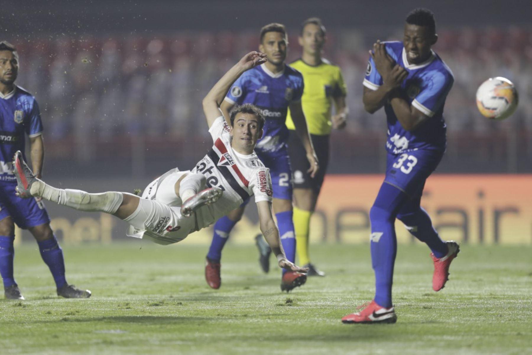 El delantero brasileño de Sao Paulo Pablo anota contra la Binacional de Perú durante su partido de fútbol a puerta cerrada en la fase de grupos de la Copa Libertadores en el estadio Morumbi en Sao Paulo, Brasil. Foto: AFP